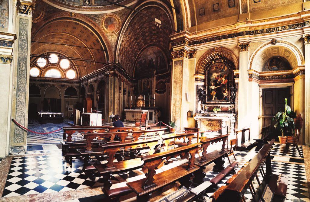 A lo lejos se ve el falso coro de la iglesia San Sátiro