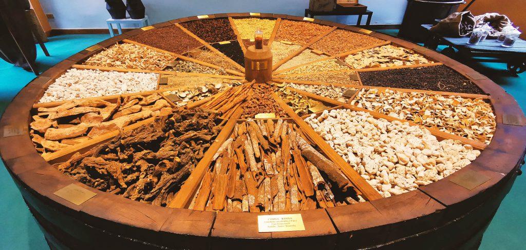 Muestrario de hierbas con la que se produce el Fernet, dentro del Museo Branca de Milán
