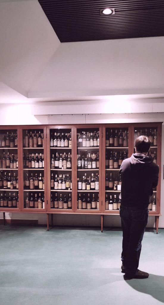 Vitrina de las copias de Fernet Branca al rededor del mundo, Museo Branca de Milán