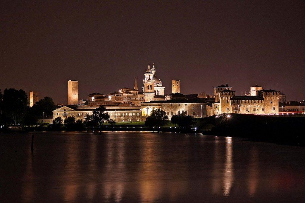 Skyline de la ciudad de Mantova desde el lago